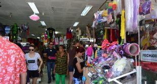 Grande parte dos consumidores deixaram compras dos artigos para as festas para a última hora (Foto: Cacau).